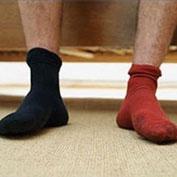 Нюхают носочки